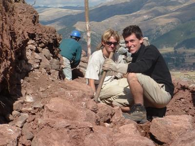 페루 잉카 프로젝트 봉사자들이 고대 유물 발굴 작업중 휴식을 취하고 있다