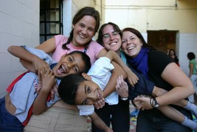 멕시코 사회복지 프로젝트 봉사자들이 케어센터에서 어린이들과 즐겁게 놀고있다