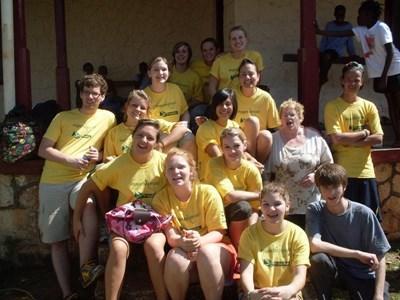 자메이카 자원봉사 활동을 마친 동창생이 프로젝트 어브로드 티셔츠를 받는다