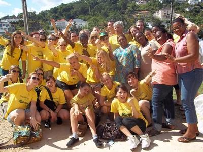 자메이카 봉사자들이 프로젝트를 마치며 즐거운 모습으로 포츠를 취하고 있다