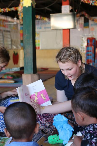 고등학생 2주 프로젝트에 참가한 여학생이 아이들을 돌보고 있음