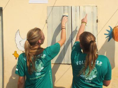 고등학생 2주 스페셜 프로젝트에서 학교보수와 페인트칠을 하고 있는 여학생들