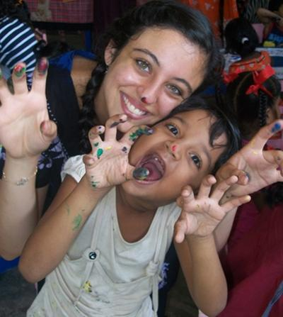 개발도상국 자원봉사활동에 참가한 여성 봉사자와 현지 어린이