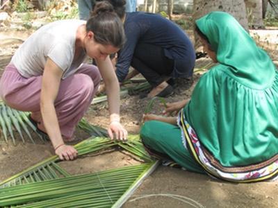 해외봉사활동에서 현지주민과 함께 야외에서 일하고 있는 봉사자들