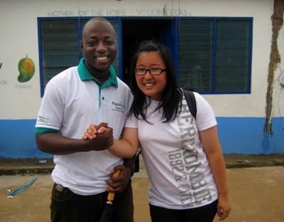 가나 교육 프로젝트 봉사자와 활동사항을 체크하기 위해 방문한 직원이 함께 포즈를 취하고 있다