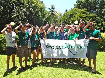 피지 상어 보호 프로젝트 봉사하자 프로젝트 어브로드 깃발을 들고 있다