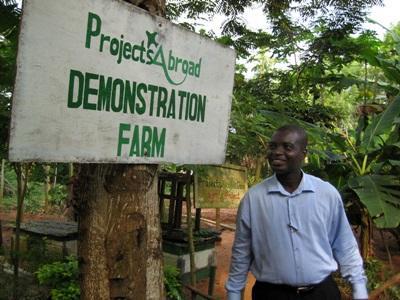 가나 직원이 농장 프로젝트 봉사자들이 일군 시범 농장을 자랑하고 있다