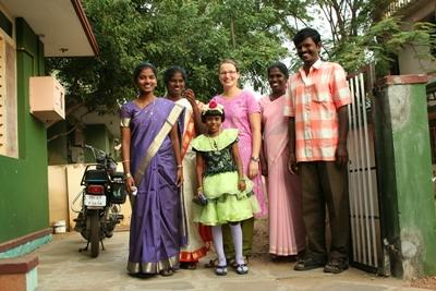 봉사자가 인도의 호스트 패밀리와 함께 전통의상을 입어보고 있다