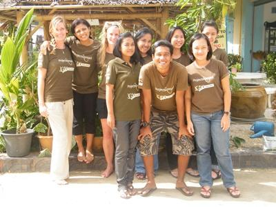 태국 프로젝트 어브로드 직원들이 포즈를 취하고 있다