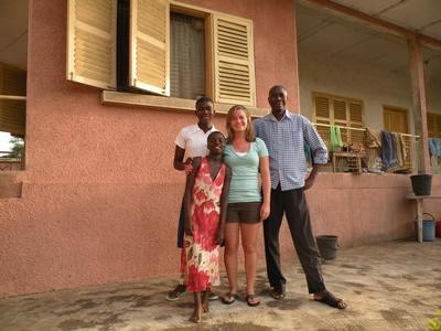 여자 봉사자가 가나의 호스트가족과 만나고 있다