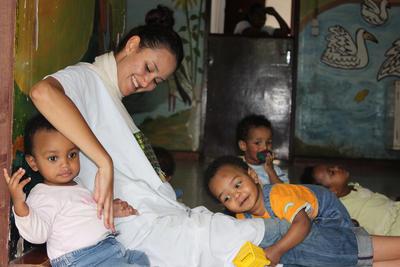 프로젝트어브로드 봉사활동에  참가한 여대생이 아이들을 돌봐주는 모습