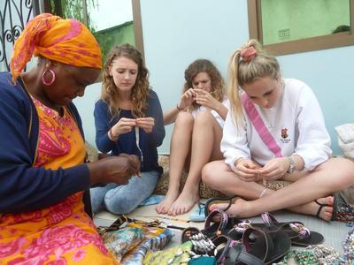 프로젝트어브로드 문화 및 지역사회 봉사활동에 참가한 여대생들의 일하는 모습
