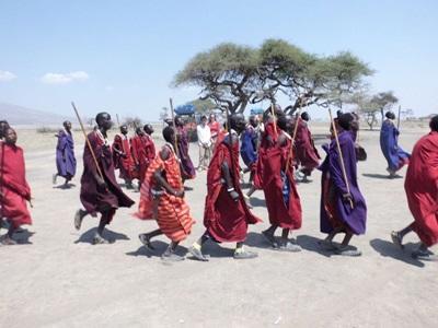 탄자니아에서 마사이 부족이 활기차 보이는 전통 복장과 구슬 장식을 입고 있다