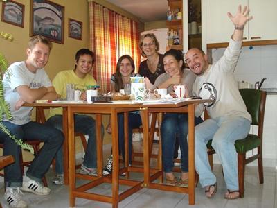 남미 아르헨티나 프로젝트 봉사자들이 열심히 dirty day 활동을 하고 있다