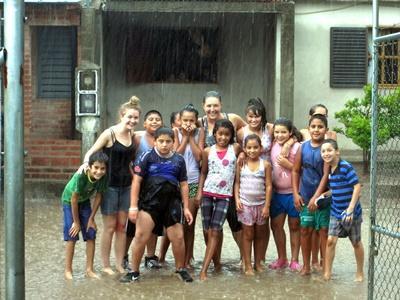 프로젝트 어브로드 봉사자들과 아르헨티나 어린이들이 단체사진 포즈를 취하고 있다