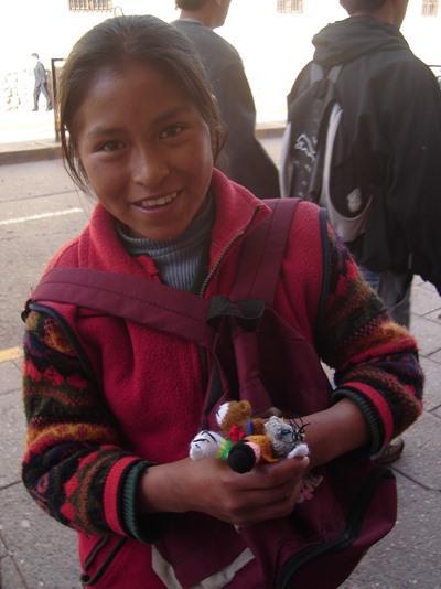볼리비아 코차밤바에서 공예품을 팔고 있는 여자 어린이