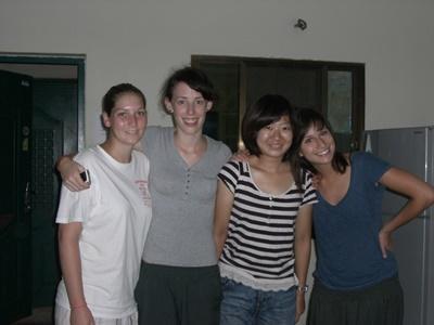 다양한 국가에서 온 여성 봉사자들이 캄보디아 숙소에서 함께 포즈를 취하고 있다