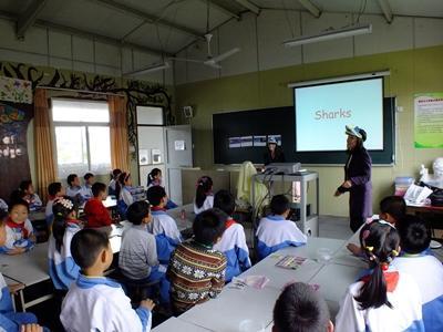 중국인 학생들이 상어보호 프로젝트 활동 내용을 듣고 있다