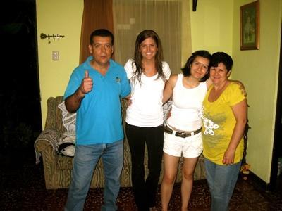 프로젝트 어브로드 코스타리카 봉사자가 호스트 가족과 포즈를 취하고 있다