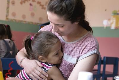 코스타리카 어린이가 케어 봉사자를 안아주고 있다