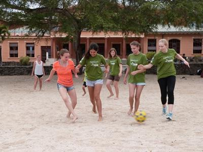 프로젝트 어브로드 봉사자들이 갈라파고스 섬에서 비치축구를 하고 있다