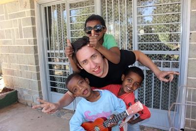 에티오피아 사회복지 프로젝트 남자 봉사자가 어린이들과 놀아주고 있다