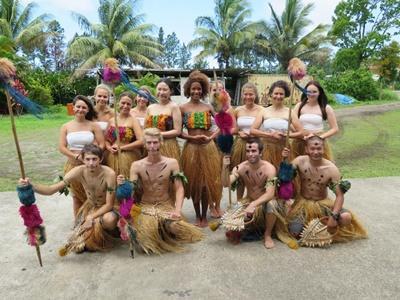 프로젝트 어브로드 피지 봉사자들이 전통복장을 입고 지역 축제를 즐기고 있다