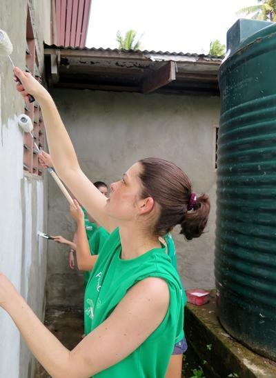 프로젝트 어브로드 피지 봉자사들의 도움으로 마을 건물에 새로운 색이 칠해졌다