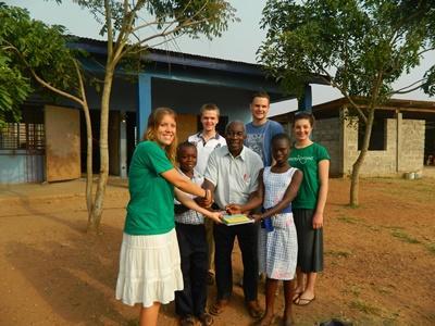 프로젝트 어브로드 봉사자들이 현지 스태프의 도움으로 가나 학교에 책을 기증하고 있다