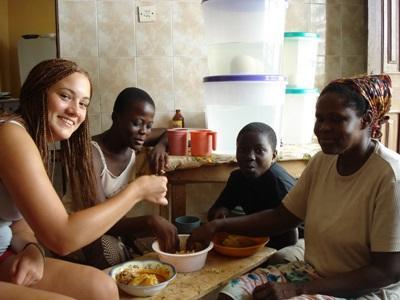 프로젝트 어브로드 봉사자들이 가나 호스트 가족과 시간을 보내고 있다