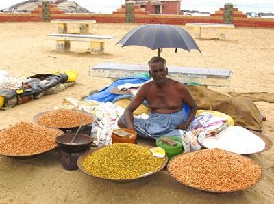 인도 남성이 도로에서 다양한 음식을 팔고 있다