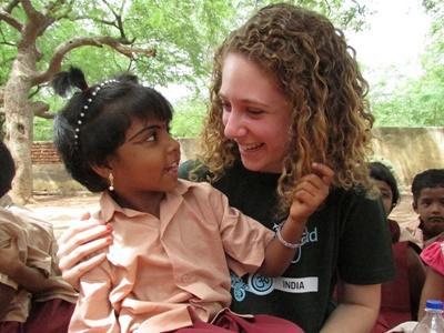 인도 봉사자와 어린이가 함께 웃고 있다