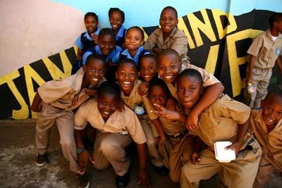 자메이카 학생들이 봉사자들의 활동지 밖에서 포즈를 취하고 있다