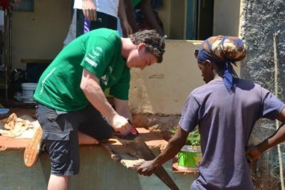자메이카 건축업자가 프로젝트 어브로드 봉사자와 함께 일하고 있다