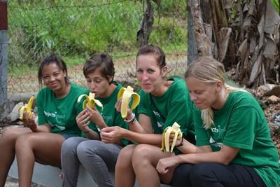 자메이카 봉사자들이 과일을 먹으며 휴식을 취하고 있다