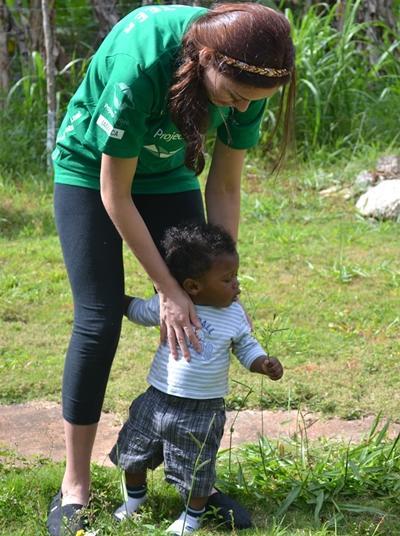자메이카 어린이가 프로젝트 어브로드 봉사자와 함께 시간을 보내고 있다
