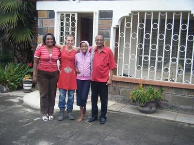 미국인 여성 봉사자가 케냐 나쿠루에서 호스트 가족을 만나고 있다