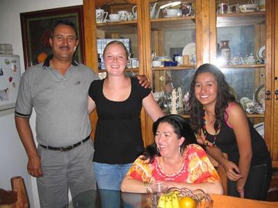 멕시코 과달라하라 봉사자가 호스트 가족과 함께 있다
