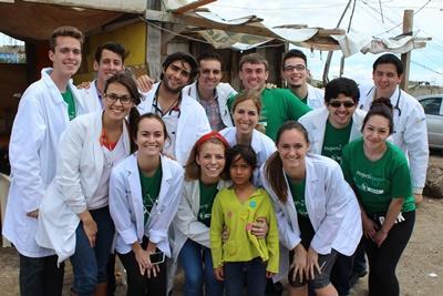 프로젝트 어브로드 멕시코 의료 프로젝트 봉사자들이 단체사진 포즈를 취하고 있다
