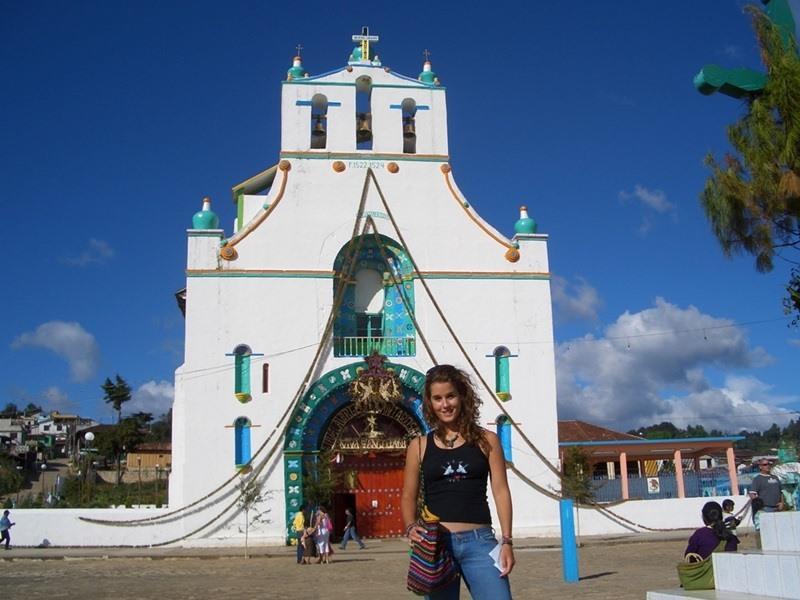 프로젝트 어브로드 멕시코 자원봉사자들이 시내 중심가를 관광하고 있다
