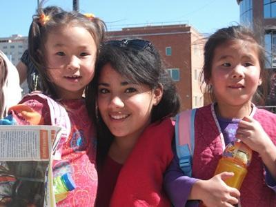 몽골 현지 어린이들을 만나는 자원봉사자