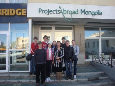 몽골 울란바토르의 프로젝트 어브로드 사무소 밖에 서 있는 자원 봉사자