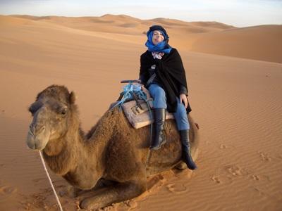 모로코 프로젝트 봉사자가 낙타를 타고 사막을 둘러보고 있다