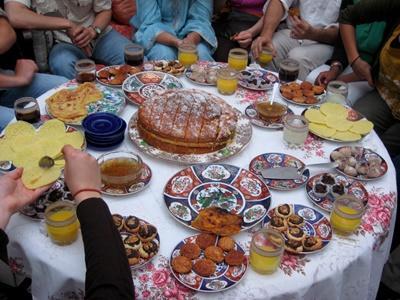모로코 호스트 가족이 봉사자들을 위한 전통 음식을 준비하고 있다