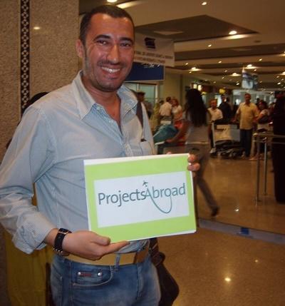 프로젝트 어브로드 모로코 직원이 공항에서 봉사자들 마중 하고 있다