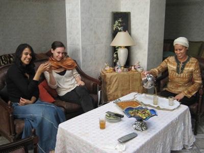 모로코 프로젝트 봉사자와 호스트 가족이 다과시간을 갖고 있다