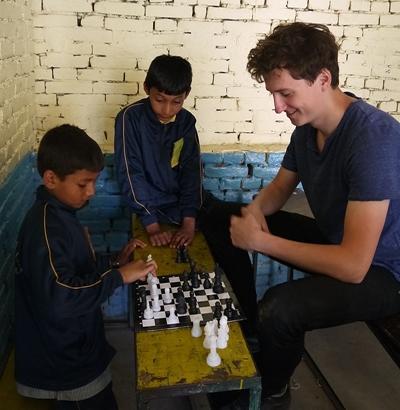 프로젝트 어브로드 교육 프로젝트 봉사자들이 영어캠프에서 네팔 어린이들과 체스를 하고 있다