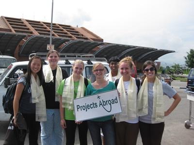 프로젝트 어브로드 직원이 네팔 봉사자들이 공항에 도착하기를 기다리고 있다