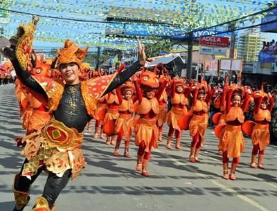 필리핀 시눌룩 축제에서 현지인들이 공연하고 있다