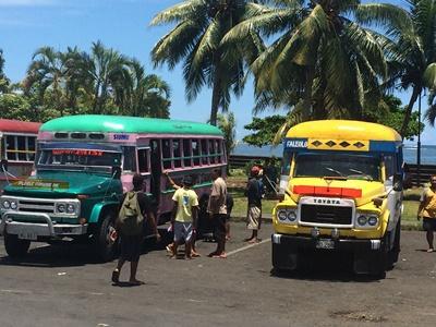 사모아 봉사자들이 로컬 버스를 타고 이동하고 있다